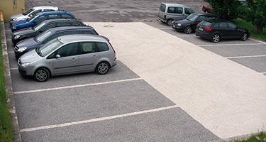 De grote grindplaat voor parkings