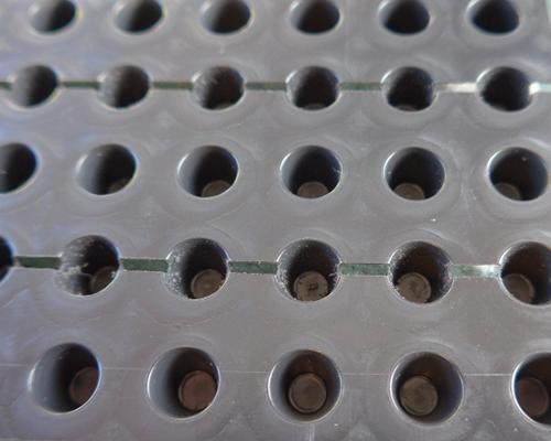 isoline GP 10 est une nappe de drainage à noppes et perforée en PE-HD couverte d'un géotextile en PP non-tissé de ± 136 g/m².
