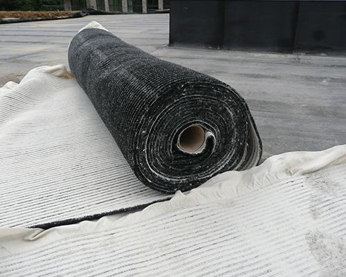 RoofDrain ST12 est un matelas de drainage qui sert de protection mécanique et de rétention d'eau sur les toitures vertes