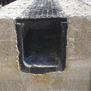 Réaliser un coffrage en béton autour des caniveaux SabiDrain